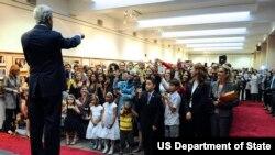 Ngoại trưởng Mỹ phát biểu trước nhân viên sứ quán Hoa Kỳ ở thủ đô Ảrập Xêút cuối năm 2013.