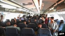 کابل ایئرپورٹ سے غیرملکیوں کی واپسی امریکی فوج کی نگرانی میں جاری ہے، جب کہ بہت سے لوگ ایئرپورٹ پر پھنسے ہوئے ہیں۔