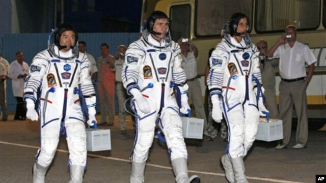 Astronautkinja iz SAD Sunita Vilijams (desno), Rus Juri Malenčenko (centar) i Japanac Akihito Hošide (levo), 15. jul 2012.