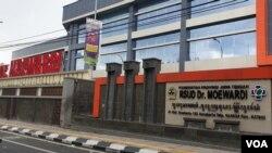 Rumah Sakit Dokter Moewardi Solo, salah satu dari 10 rumah sakit rujukan di Jawa tengah yang siap menangani kasus virus Corona, Senin (27/1). VOA/ Yudha satriawan