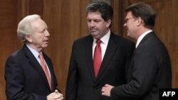 Джо Либерман(слева) и Патрик Донахью (в центре)