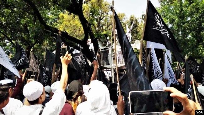 Demonstran Protes Pembakaran Bendera Bertulisan Kalimat Tauhid