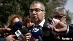 22일 키프로스 의회 앞에서 패니코스 디메트리아드 중앙은행장이 의회의 구제금융 관련 법안 처리를 촉구하고 있다.