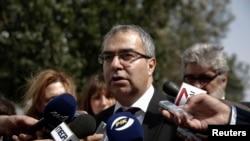 塞浦路斯中央银行行长3月22日在议会外发表讲话