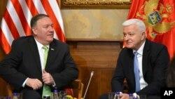 Državni sekretar Sjedinjenih Država Majk Pompeo, levo, razgovara sa premijerom Crne Gore Duškom Markovićem, u Podgorici, Crna Gora, 4. oktobra 2019.