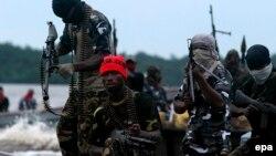 Des combattants du Mouvement pour l'émancipation du Delta du Niger (MEND) patrouillent dans les ruisseaux de la rivière Bonny près de l'usine de GNL dans la riche région pétrolière du delta du Niger, au Nigeria, 18 septembre 2008. epa/ GEORGE Esiri