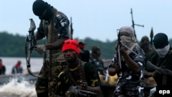 Des combattants du Mouvement pour l'émancipation du Delta du Niger (MEND) patrouillent dans les ruisseaux de la rivière Bonny près de l'usine de GNL dans la riche région pétrolière du delta du Niger, au Nigeria, 18 septembre 2008. (epa/ George Esiri)