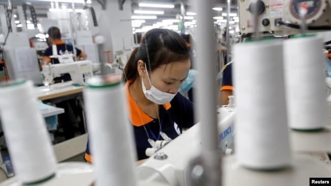 Việt Nam nhà cung cấp hàng may mặc, giày dép và hàng du lịch lớn thứ hai cho thị trường Mỹ và do đó Hiệp hội May mặc và Giày dép Hoa Kỳ lo ngại về khả năng thuế quan áp lên hàng nhập khẩu từ Việt Nam theo sau cuộc điều tra của Bộ Thương mại Mỹ.
