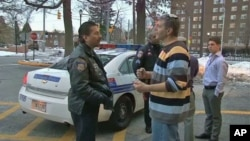 Policajac iz Baltimorea Ken Dickstein, koji radi u Odjelu za veze sa židovskom zajednicom, razgovara s nekima od američkih Židova u baltimoreskoj četvrti Park Heights