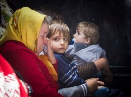 Civilians wait in a bus to flee from the eastern Ukrainian city of Slovyansk June 25, 2014.