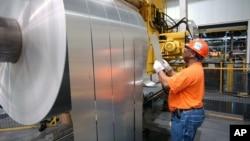 미국 인디애나주 뉴버그의 알코아 공장에서 알루미늄 제품을 생산하고 있다.