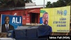 Les affiches de la campagne électorale du président gabonais sortant Ali Bongo et de son rival Jean Ping de l'opposition, sont côte-à-côte, à Libreville, 26 août 2016. VOA/Idriss Fall