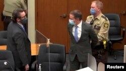 Бывшего офицера полиции Миннеаполиса Дерека Шовина уводят в наручниках после того, как присяжные признали его виновным