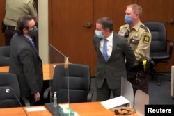 جیوری کے فیصلے کے بعد کمرہ عدالت میں موجود سابق پولیس افسر کو ہتھکڑی لگائی جا رہی ہے۔