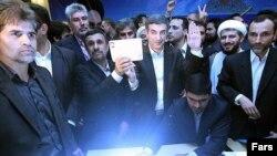 اسفندیار رحیم مشایی با همراهی احمدی نژاد در انتخابات نام نویسی کرد