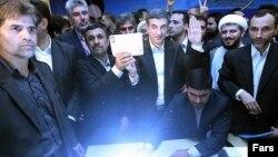 مقام های شورای نگهبان، همراهی احمدی نژاد با نامزد ریاست جمهوری را جرم می دانند