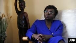 ທ່ານນາງ ວິກຕົວ ອິງກາບີເຣ ອູມູໂຮຊາ (Victoire Ingabire Umuhoza) ຢູ່ບ້ານຂອງລາວ. ໃນເມືອງ ຄີກາລີ, ຣາວັນດາ. 7 ເມສາ, 2010.