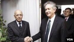 William Burns (der.) estuvo hace pocas semanas en Túnez.