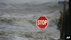 """""""艾薩克""""侵襲了多個州並帶來狂風暴雨"""
