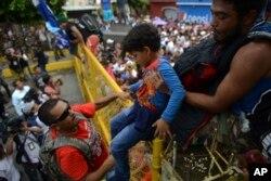 Mujeres y niños son parte de la caravana de migrantes que busca llegar a EE.UU.