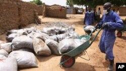 Para petugas kesehatan lokal sedang membersihkan lahan yang tercemar timbal akibat penambangan emas gelap di sebuah desa di Negara bagian Zamfata, Nigeria Utara. Ratusan anak meninggal karena tingkat keracunan timbal yang parah (foto: Dok).