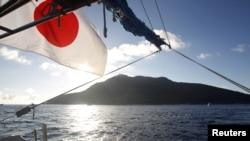 Quần đảo tranh chấp mà Nhật gọi là Sensaku, Trung Quốc gọi là Điếu Ngư, được nhìn thấy từ 1 tàu đánh cá Nhật Bản, 19/8/2012