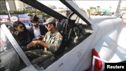 ایک خاتون فوجی نوجوان سے جدید طیارے سے متعلق معلومات لیتے ہوئے