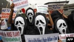 Các nhà hoạt động chống hạt nhân đeo mặt nạ tuần hành gần dinh tổng thống ở Manila, Philippines, 15/3/2011