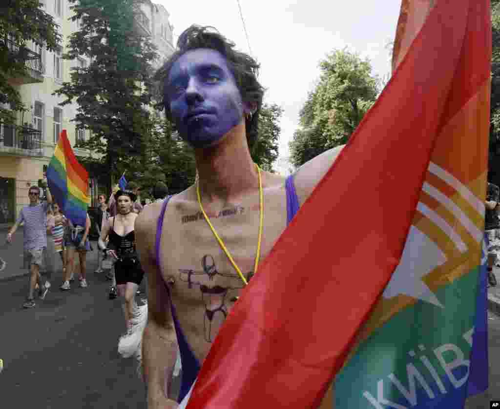 رژه سالانه دگرباشان جنسی در شهر کییف پایتخت اوکراین با حضور هزاران نفر برگزار شد.