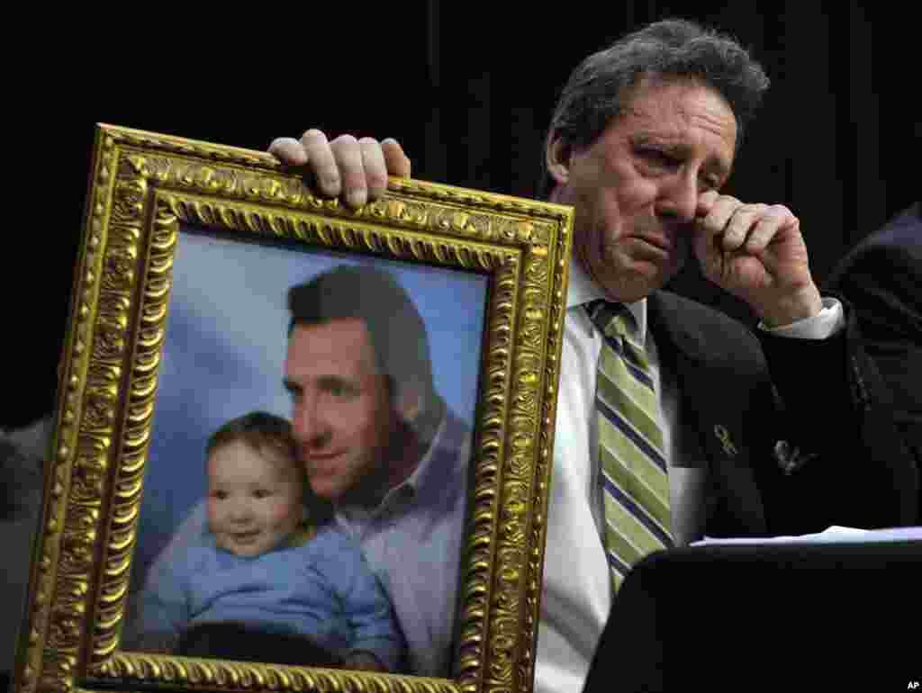 Neil Heslin, otac šestogodišnjeg dječaka, ubijenog u osnovnoj školi u Newtownu, američka savezna država Connecticut 14. decembra prošle, godine prilikom svjedočenja u Kongresu SAD, na sesiji na kojoj je govoreno o zabrani prodaje ofanzivnih, modificiranih vojnih pušaka.
