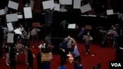台灣立法院爆發水球大戰,一片狼籍中,週五(7月17日)以65張同意票過半數通過監察院長陳菊和其他監委之人事案 (美國之音/黃麗玲)