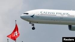 一家国泰航空公司的波音777客机降落在香港机场。(2019年8月14日)