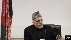 16일 총기난사 사건 희생자 유가족들과 만난 하미드 카르자이 아프가니스탄 대통령.
