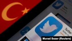 아이패드에 비친 터키 국기(왼쪽)와 트위터 로고.