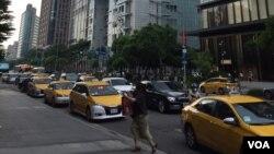 在台北信义商圈繁华地段排队等候乘客的出租车