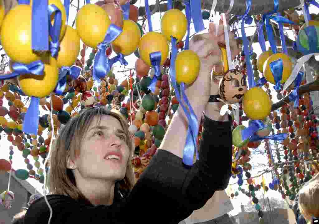 En la ex Yugoslavia, la Pascua es una gran festividad, y el la decoración de los huevos es un ritual en el que tanto grandes como pequeños participan.