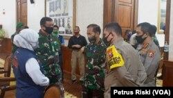Gubernur Jawa Timur berbincang dengan Panglima Komando Gabungan Wilayah Pertahanan II, dan Kabaharkam Polri untuk percepatan penangggulangan corona di Jawa Timur. (Foto: VOA/Petrus Riski)
