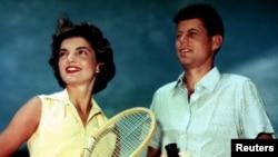 前美國總統甘迺迪與夫人賈桂琳。(資料圖片)