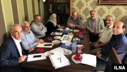 علی شکوری راد، محمد رضا خاتمی، جلایی پور، آذر منصوری، نعیمی پور و کاشفی در این تصویر حضور دارند.