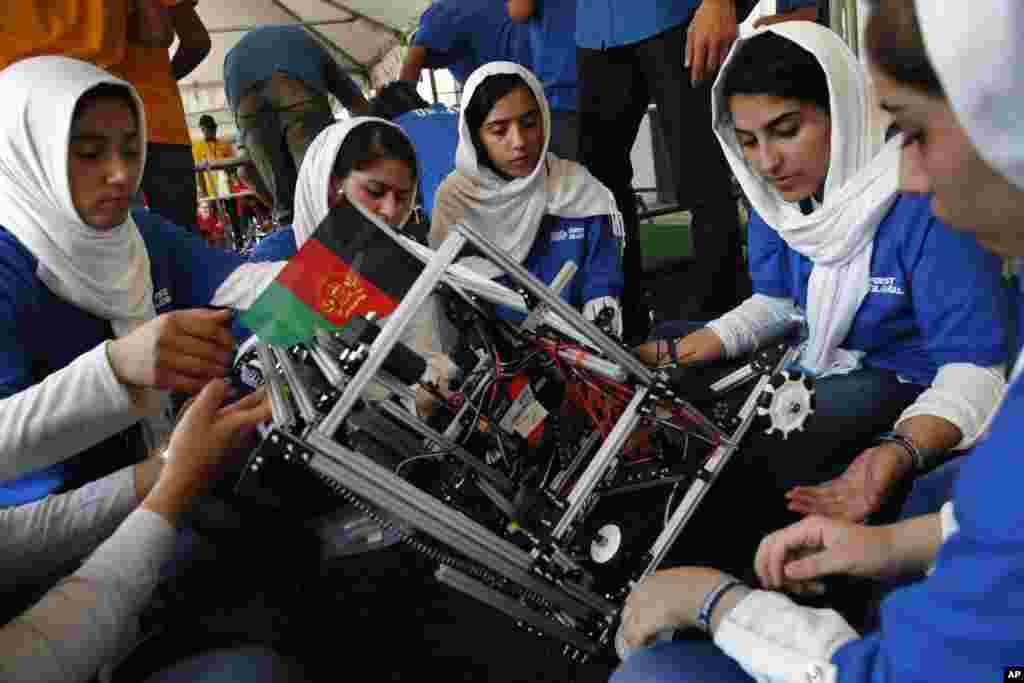د روبات جوړولو په نړیاله سیالۍ کې د افغانستان ټیم د خپل روبات د بیا جوړولو په حال کې
