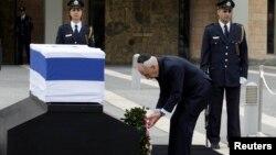 以色列總統佩雷斯在沙龍的靈柩旁獻花