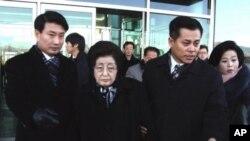 南韓已故前總統金大中的夫人李姬鎬(中)抵達北韓城市開城。