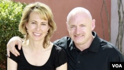 Anggota DPR AS Gabrielle Giffords (kiri) bersama suaminya, astronot Mark Kelly (foto dokumentasi).