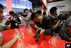 北京的警察装备和反恐技术展览上,参观者尝试现代武器