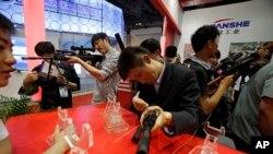 Các khách tham quan thử các loại võ khí trong một cuộc trưng bày trang thiết bị của cảnh sát và các công nghệ chống khủng bố ở Bắc Kinh