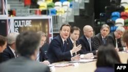 Дэвид Кэмерон (в центре) на совещании в Олимпийском парке.