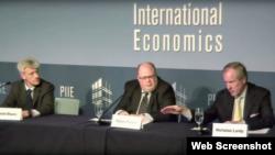 彼得森国际经济研究所研究员拉迪(右一)表示服务业是中国经济成长主要驱动力 (视频截图)