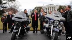 美国总统川普和副总统彭斯在白宫南草坪会晤哈雷-戴维森高管和工会代表。(2017年2月2日)