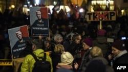 在瑞士蘇黎世,人們高舉印有美國總統特朗普頭像的橫幅,抗議他出席達沃斯世界經濟論壇。