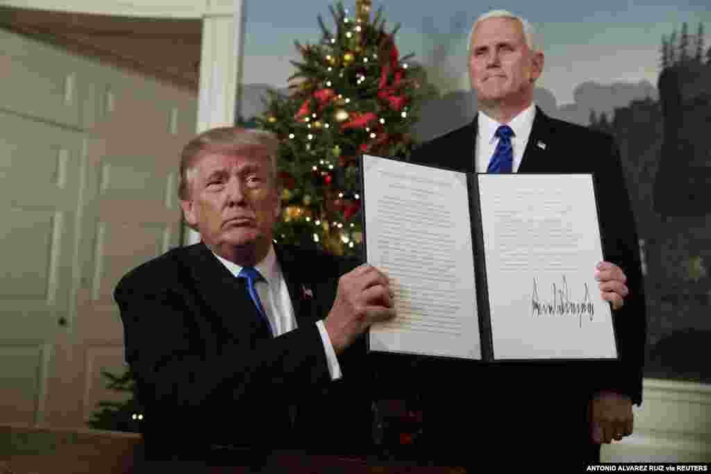 6 декабря 2017  Другим громким внешнеполитическим решением Трампа стал подписанный президентом указ, который вы видите на фото. Соединенные Штаты признали Иерусалим столицей Израиля, а также начали перенос посольства США из Тель-Авива в Иерусалим. Трамп исполнил свое предвыборное обещание, которое, однако, вызвало шквал критики.